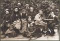 La famiglia Alekhine al gran completo Alexej e Alexander sulla destra, stanno forse studiando una posizione di scacchi?